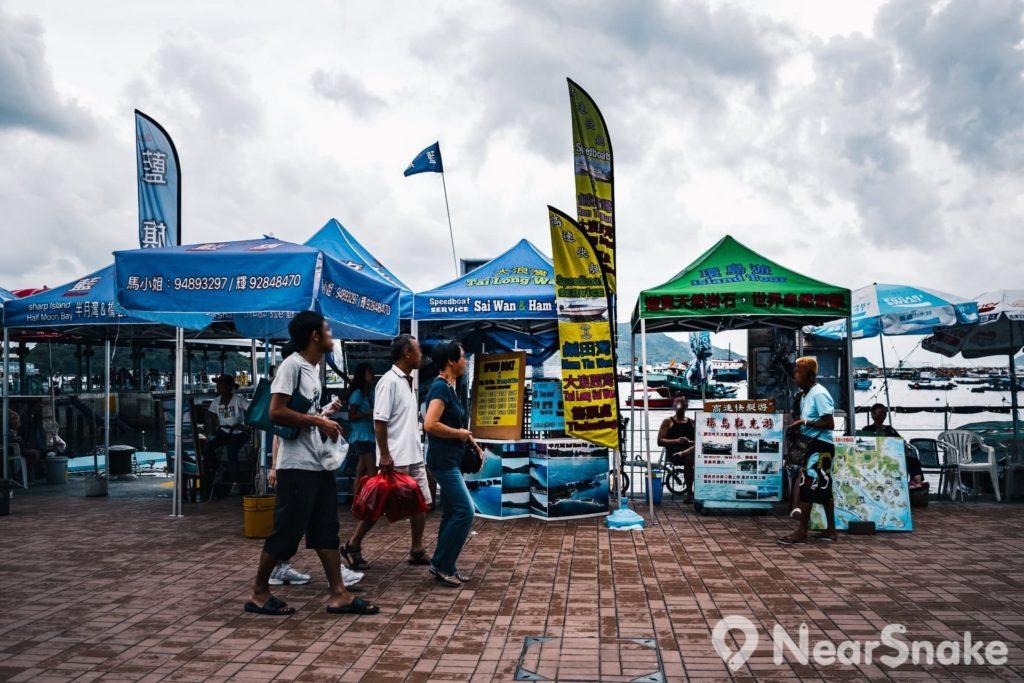 大家可在西貢市岸邊找到船家或導賞團,帶你乘船遊訪到鹽田梓、大浪西灣、世界地質公園。