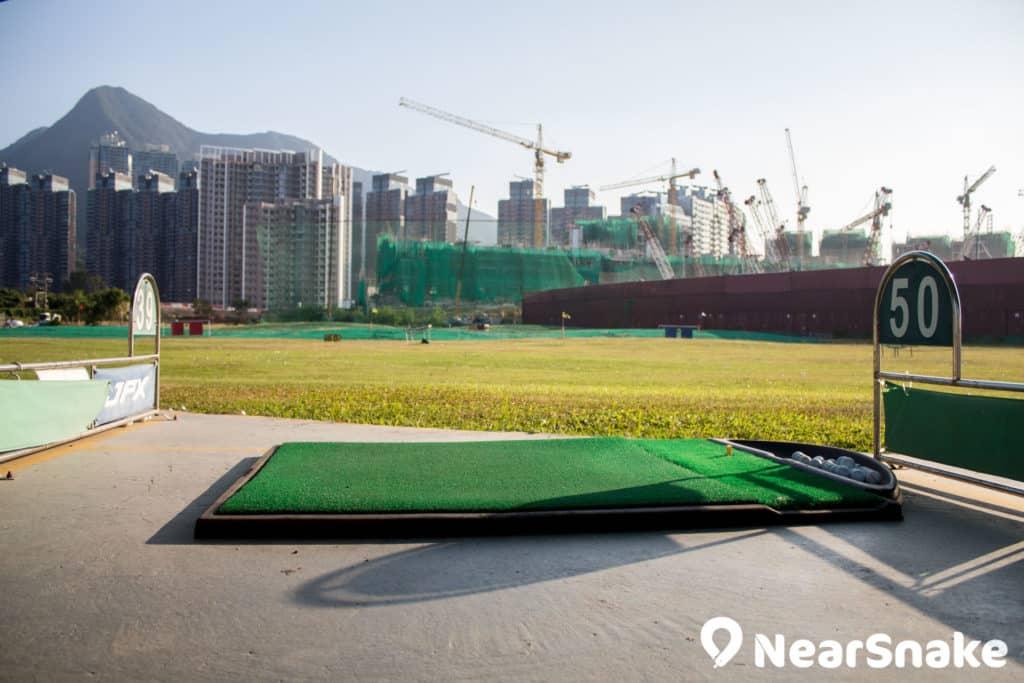 大家可在白石高爾夫球練習場的球道上,向著馬鞍山發桿擊球。