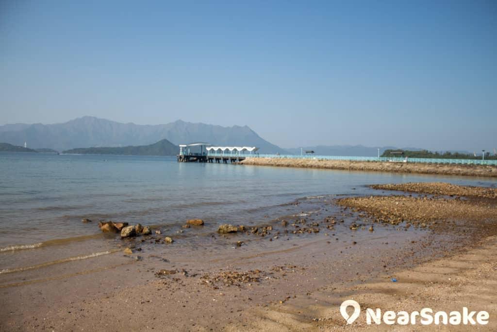 烏溪沙沙灘向西面臨吐露港,遙望八仙嶺。