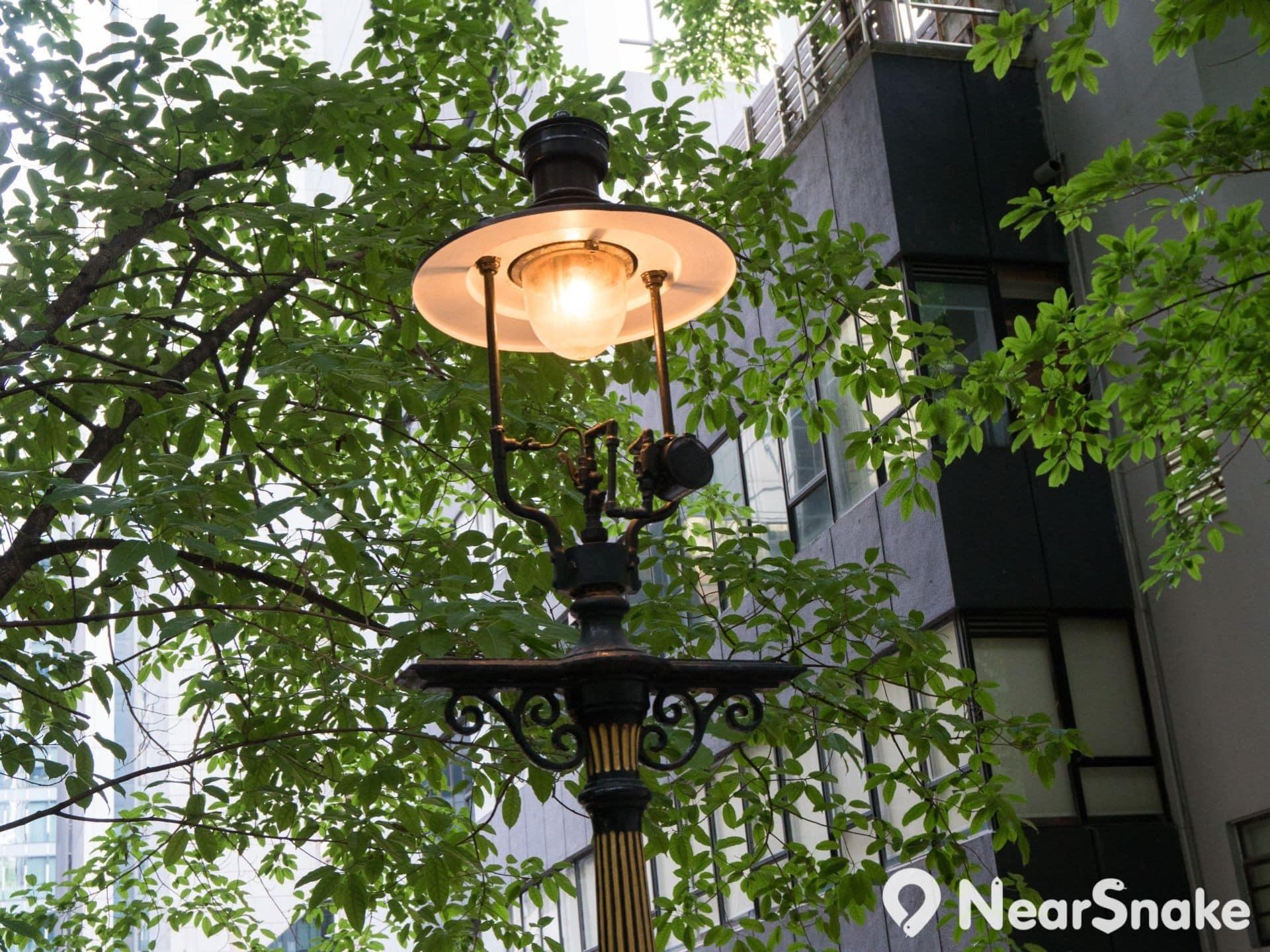 1984 年市政局為都爹利街煤氣燈在英國訂造燈紗及燈罩。
