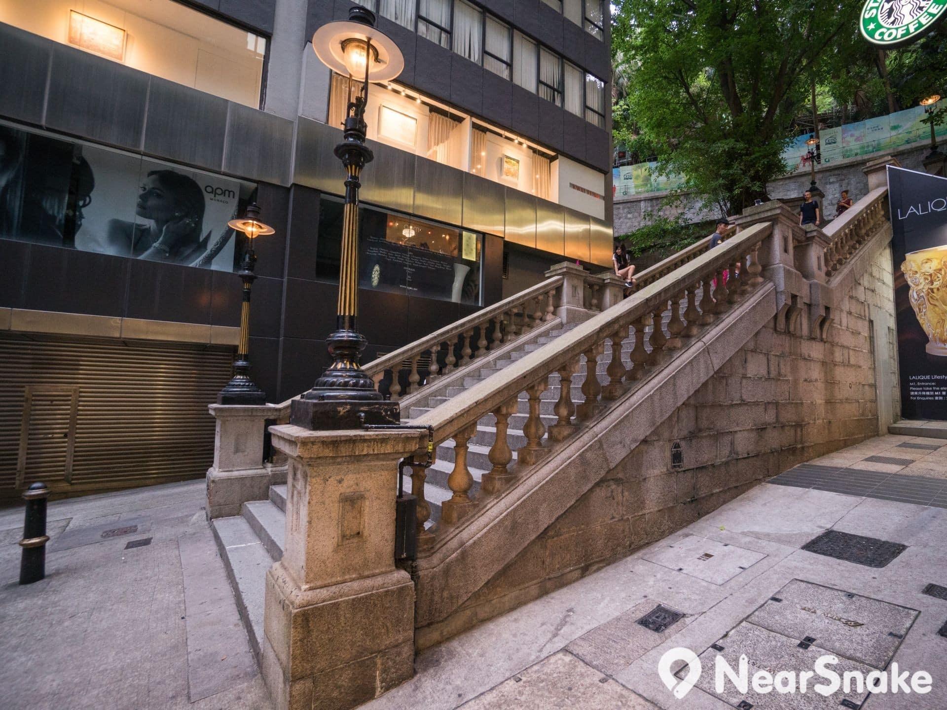 為便於安裝在石階的護欄上,都爹利街煤氣燈的燈柱較一般的為短。