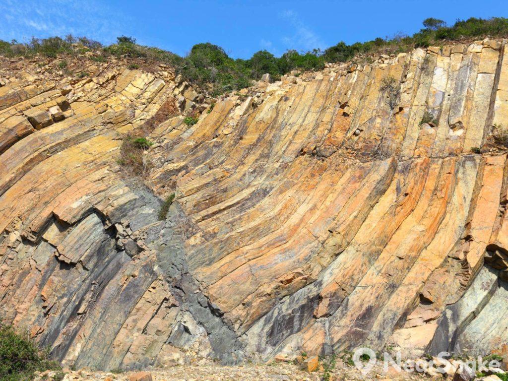 當六角形岩柱仍處於半凝固狀態,受到地震和區域性下沉影響,扭曲摺疊成 S 形,呈現現今的獨特風貌。