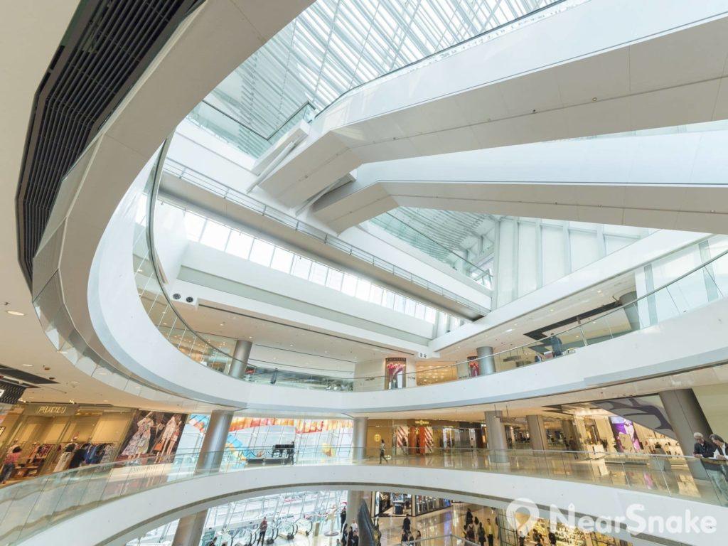國際金融中心商場內通道寬闊,可讓光線透入室內環境。