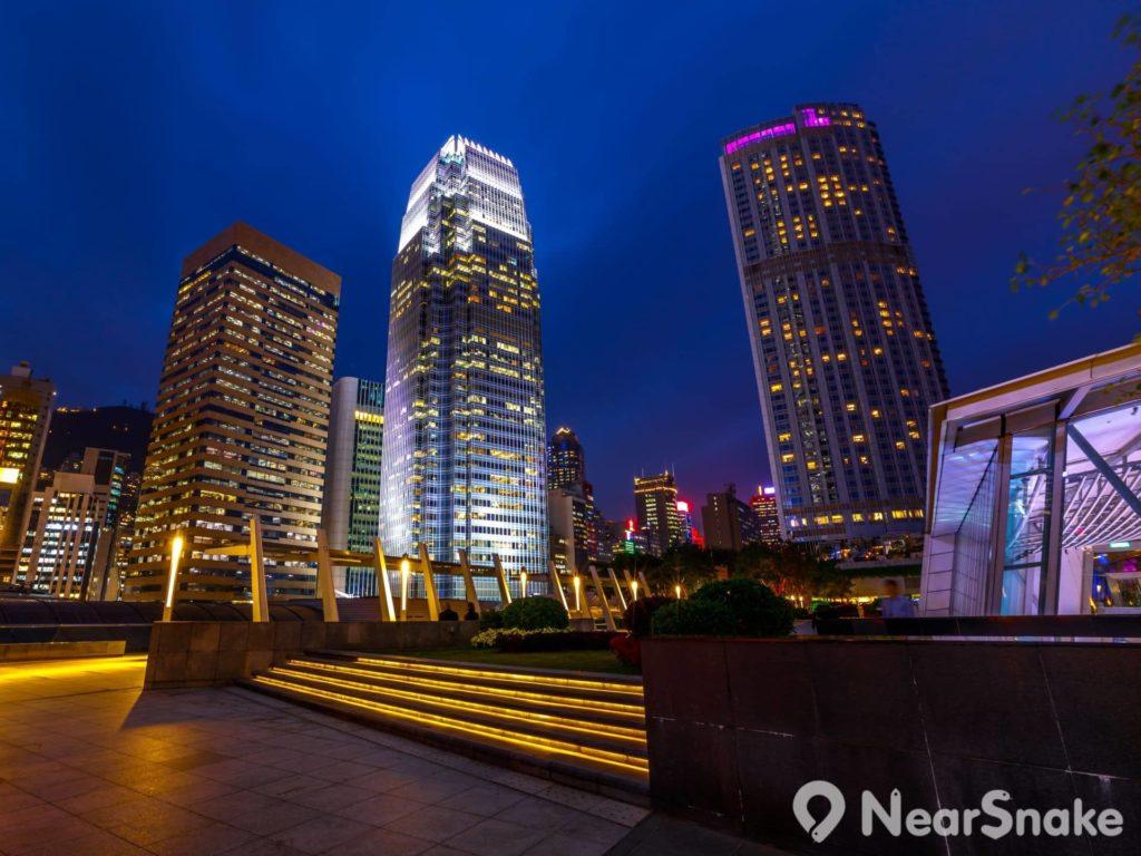 國際金融中心商場 4 樓頂層的平台花園上開設了 5 間特色酒吧,可讓人一面品嘗美酒,一面觀賞香港城市美景。