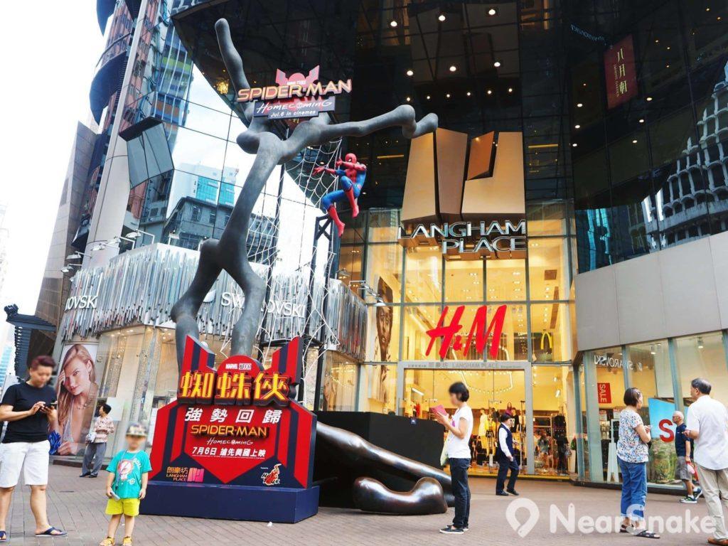 旺角朗豪坊位於亞皆老街和砵蘭街,正門對出擺設了大型藝術雕塑,也是朗豪坊的標誌,不時會跟各大品牌商合作,布置成不同主題。圖中正是為配合新一輯《蜘蛛俠(蜘蛛人)》電影上映而布置的主題情境。