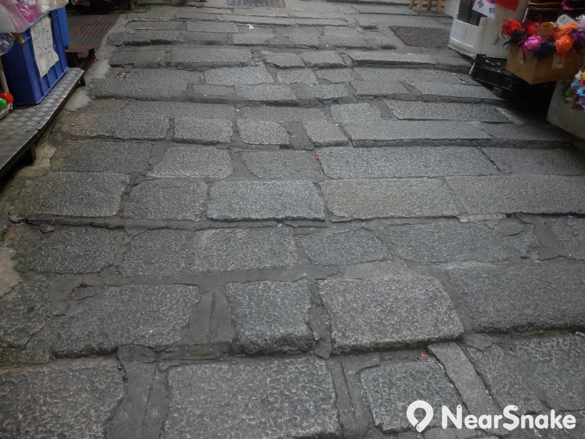 石板街看著地上的石板,請感激十九世紀中期的苦工。他們可是在交通不便情況下,一塊一塊搬上來的!