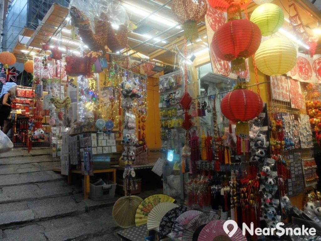 石板街兩旁排檔多售賣旅遊人士喜受的本土紀念品。