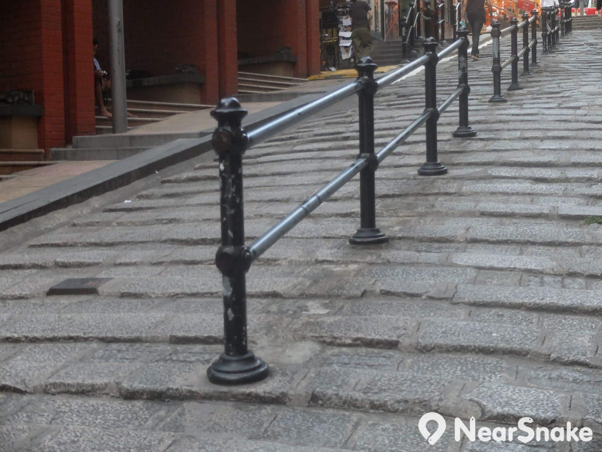 石板街設有鐵欄桿,早幾年前曾有藝術團體為它們穿上冷衫保暖,很趣緻的,可惜現在已被拆掉了。