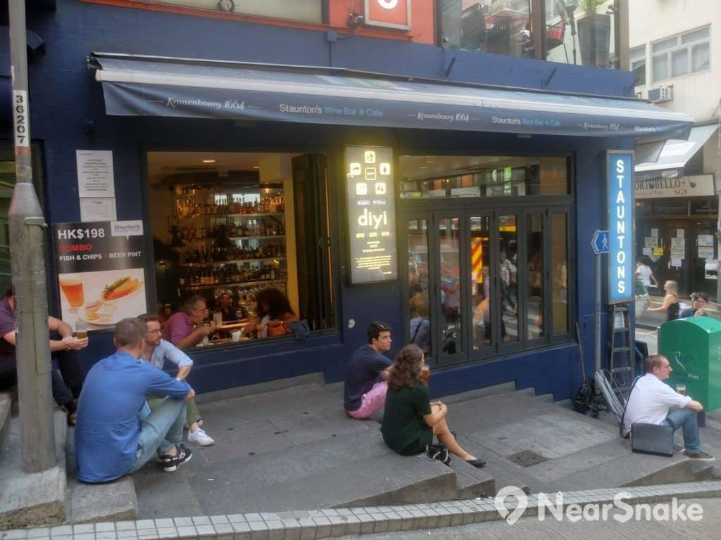 SOHO區猶如歐洲小區,常經到外國人在隨路邊石階上喝著在聊天,很是悠閒。