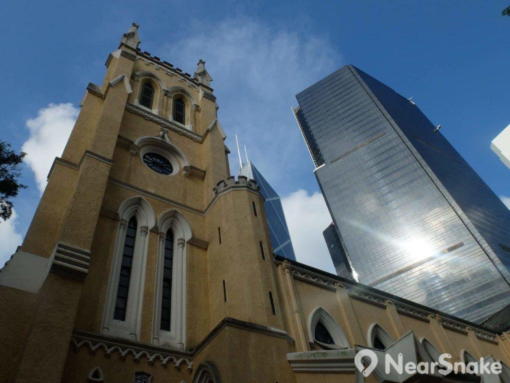 抬頭仰望,古舊的聖約翰座堂毗鄰座座金融大樓,古代與現代、金錢與心靈,都是強烈對比。