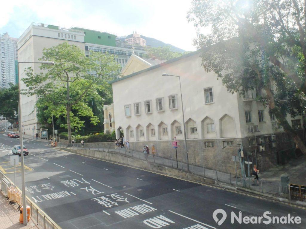 聖約翰座堂一旁的白色建築,是後來增建的辦公樓,惟建築設計明顯座主殿有點格格不入。