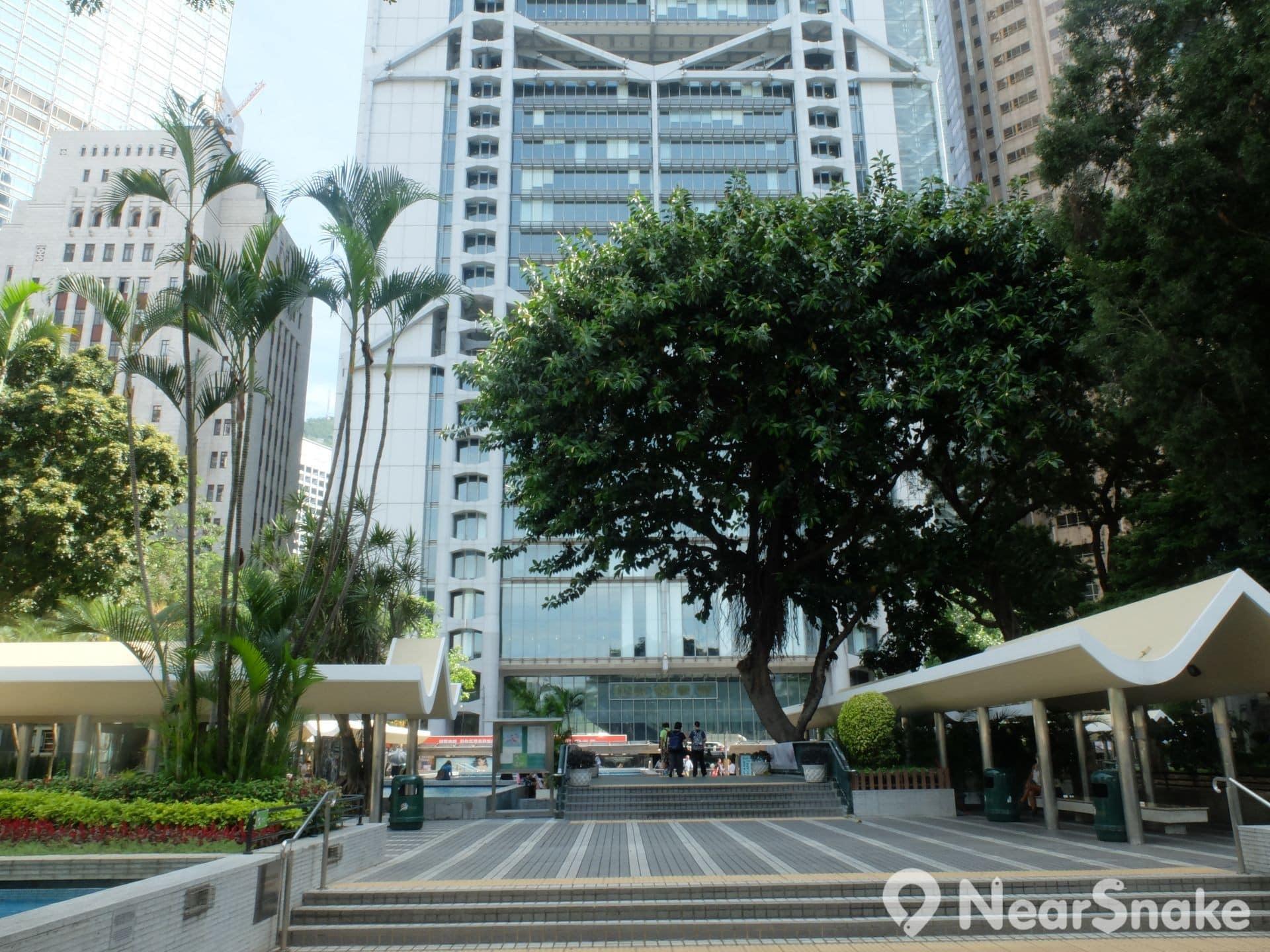 滙豐銀行擁有皇后像廣場 999 年租約契,政府亦在 1901 年作為永久戶外公共空間,同意廣場不得興建其他建築,日後亦是中環綠化地帶。