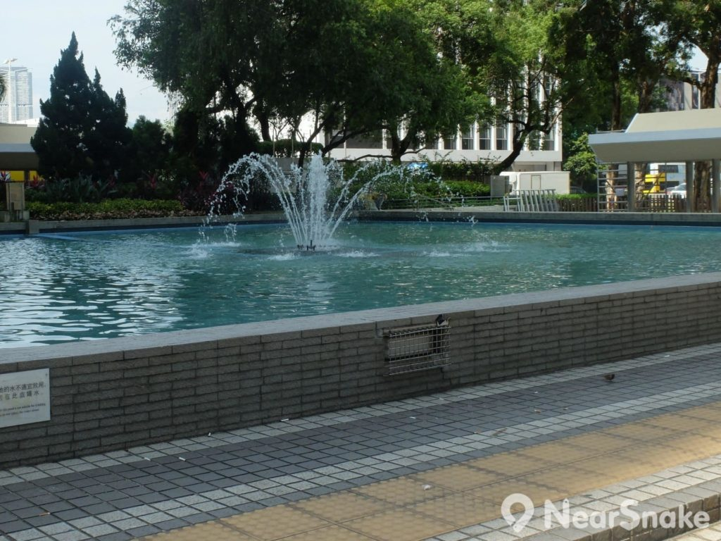 皇后像廣場設有不少噴水池,可供人靜靜坐下。