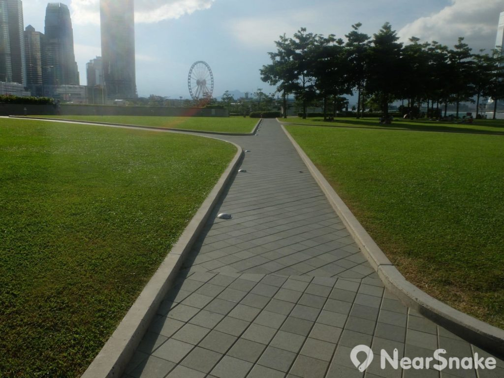 望向香港摩天輪的這條石路,左面才是添馬公園,右面已屬海濱長廊的範圍了。
