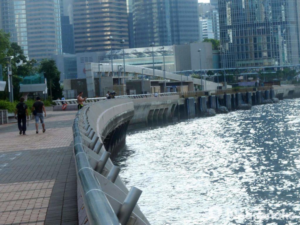 添馬公園旁海濱長廊的緩跑徑毗鄰維港,海風吹來很是舒服。
