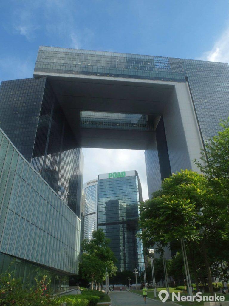 從添馬公園仰頭上望,便是政府總部、立法會綜合大樓、行政長官辦公室,香港人會作何所想?