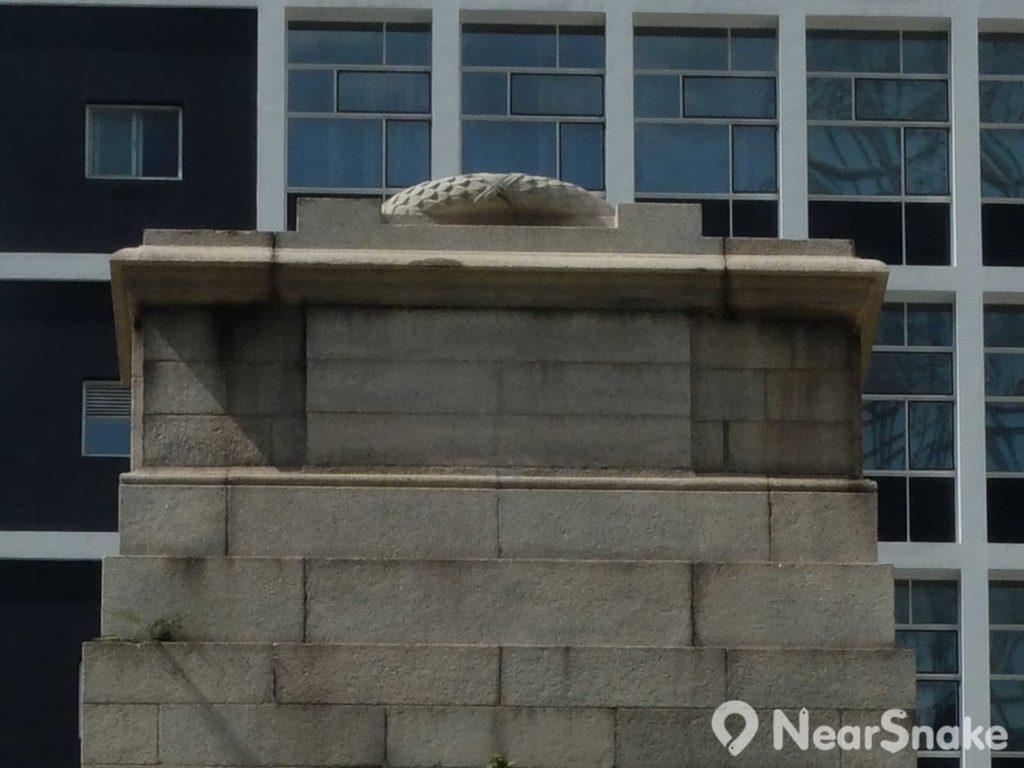 和平紀念碑頂部長方形石棺,蓋有石製花冠,惟高度關係,該少有人看過全貌。