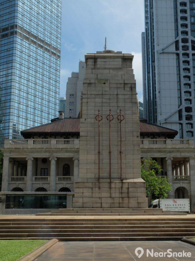 和平紀念碑面向終審法院大樓的一邊望過去,設計風格如出一轍。