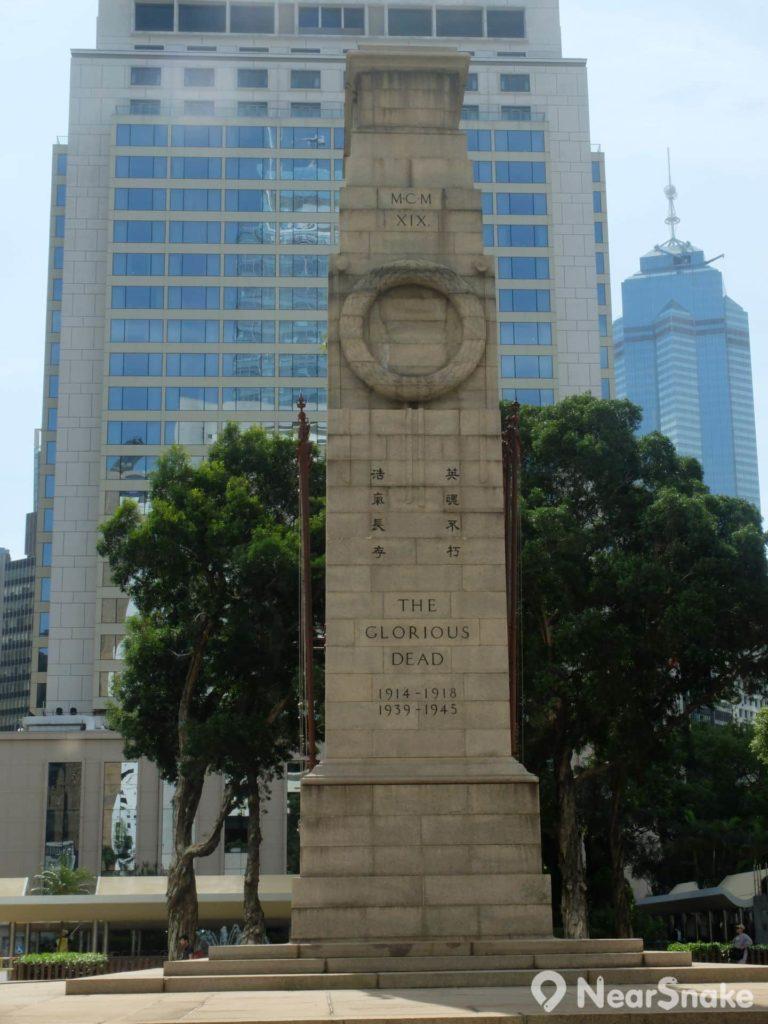 和平紀念碑的兩旁均刻有石製花圈。
