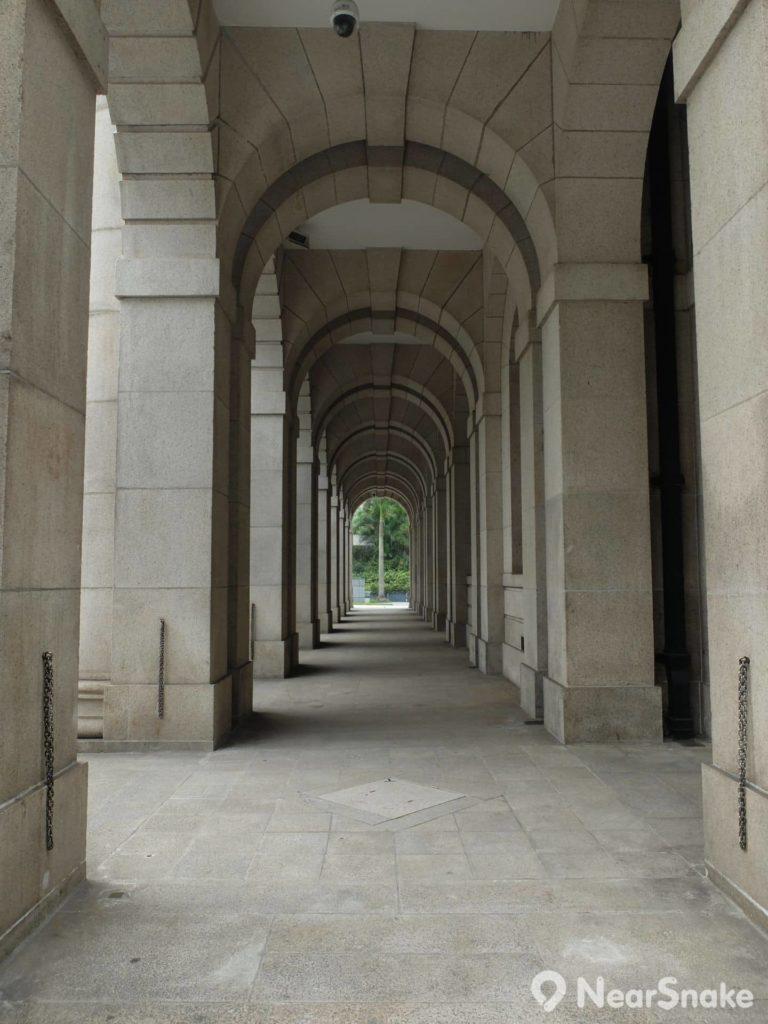 為配合香港的亞熱帶氣候,終審法院大樓地下設有一道寬闊拱廊,提供散熱功能。