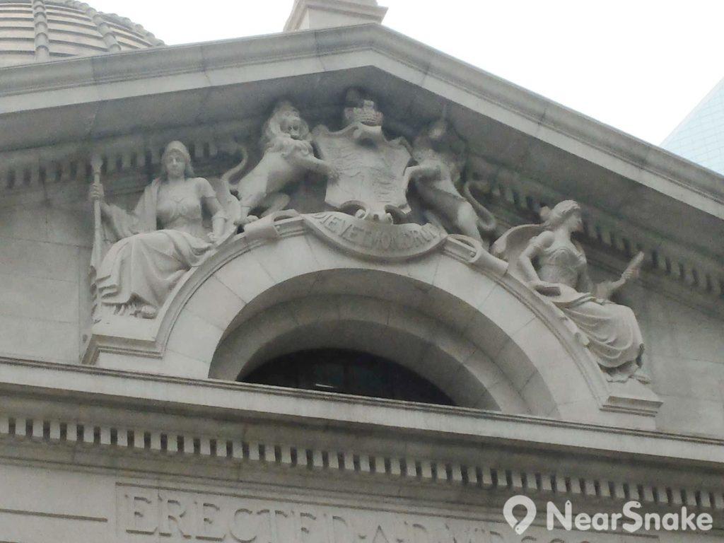 其實在終審法院大樓中央圓拱頂上,還刻有真理之神及寬恕之神圖像。