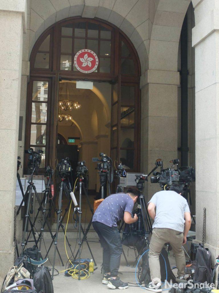 終審法院經常審理爭議案件,門外常駐滿記者,也屬一景。