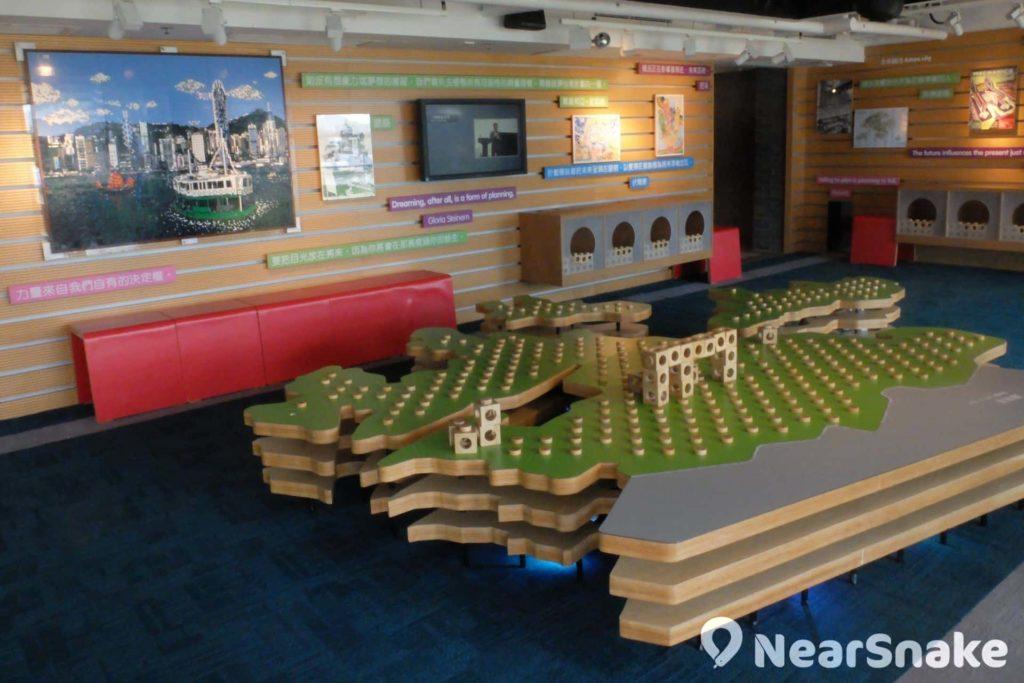 從展城館地下一上到二樓便可看到建設區,小朋友可在這裡用類似 LEGO 積木組裝出自己理想中的香港城市。