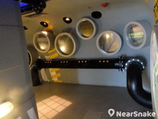 展城館內關於供水系統的介紹,則以船艙設計,「窗」內正是有關展品。