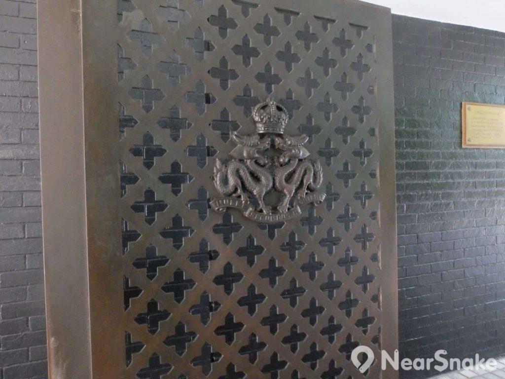 香港大會堂紀念花園的大門別具歷史意義,不因它悼念二戰軍人,而是港英時期殘留的皇冠配以龍形門飾。