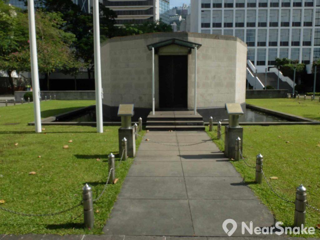 大會堂紀念花園內十二邊形的紀念龕,以四方八面概念,即四面玻璃窗及八幅石牆。