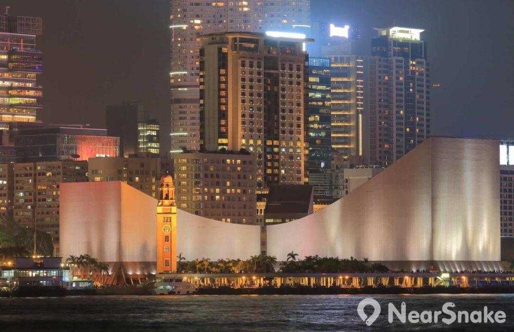 搭乘天星小輪望向九龍一方的維港海旁,最易辨認到鐘樓和香港文化中心。