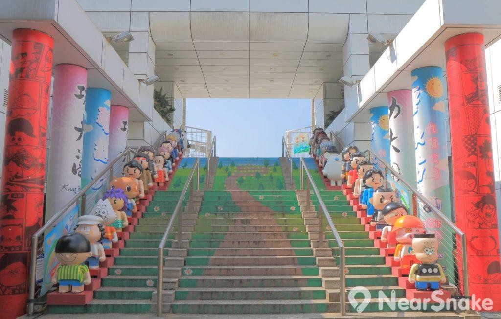 彌敦道入口擺設也挺有心思,兩旁有本地漫畫角色夾道歡迎光臨。