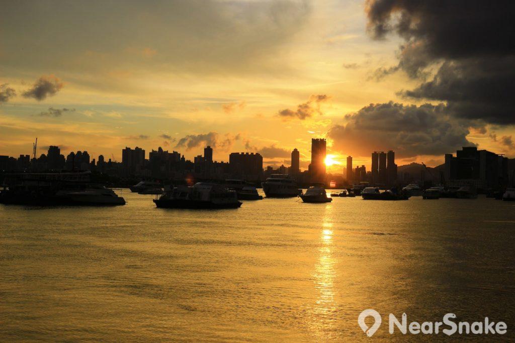 觀塘海濱花園面向西方,擁有一望無際的維港日落美景。