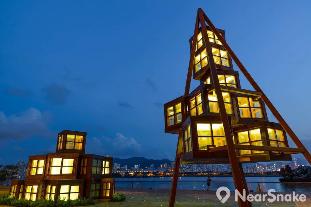 觀塘海濱花園內的模擬起重機塔樓是園內的標誌建築。