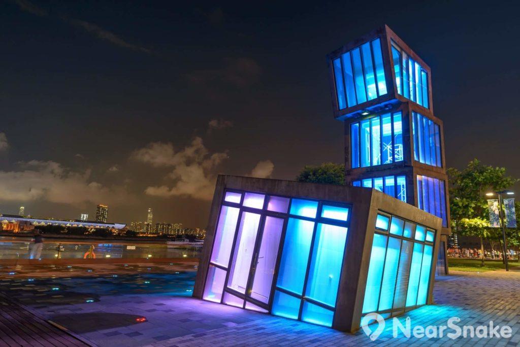 觀塘海濱花園內的特色塔樓夜晚會化身燈光藝術裝置,氣氛頓時變得迷幻。