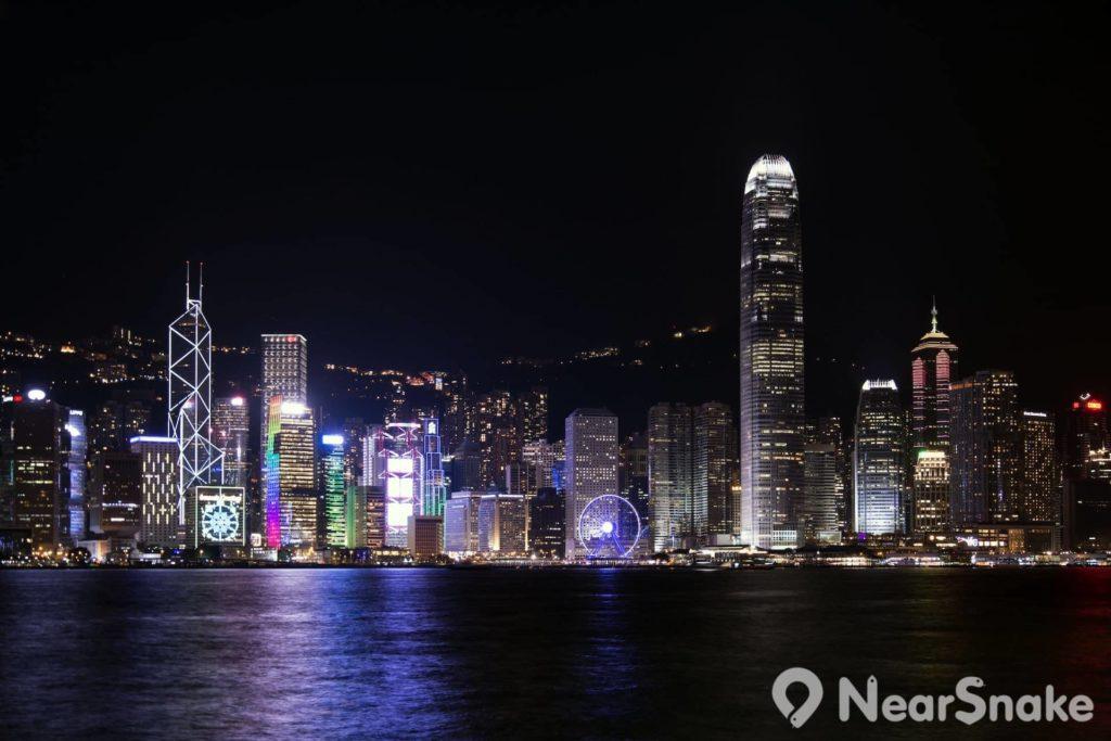 在渡輪上欣賞維港夜景,感受到香港的另一種美。