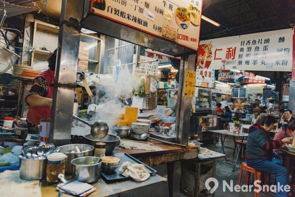 坐在廟街的大排檔點菜,看著大廚即炒小菜,一見油煙四起,便知鑊氣十足。