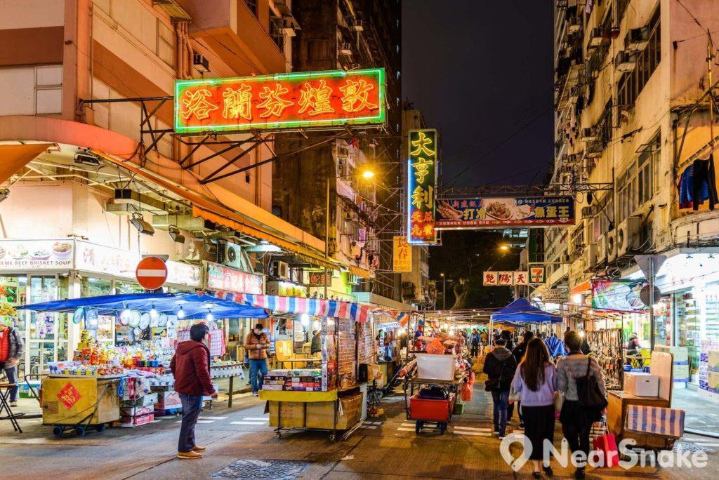 形形式式的霓虹光招牌,是廟街這種鬧市橫街窄巷的夜景特色。