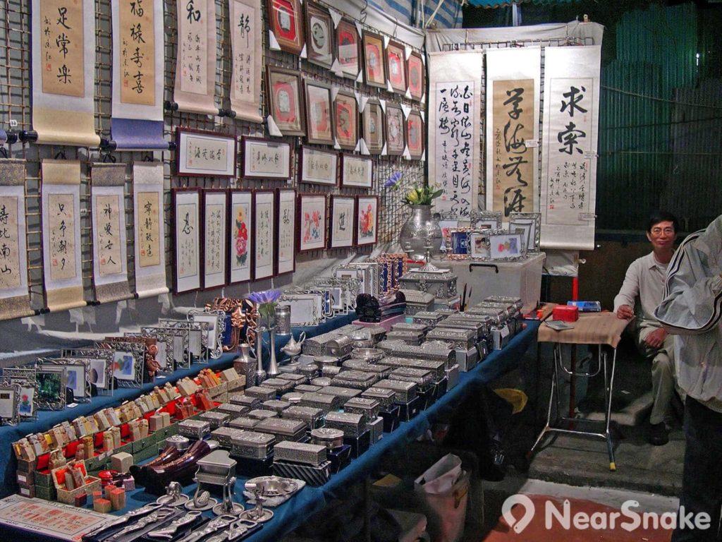有攤檔售賣書法、字畫,在廟街也尋得到中國傳統特色。