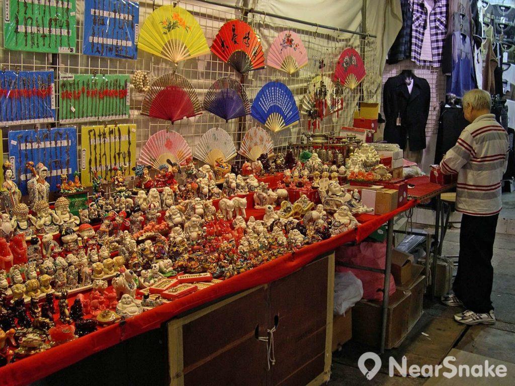 廟街露天攤檔售賣的商品種類非常多元化,甚至連佛像擺設也可找到。