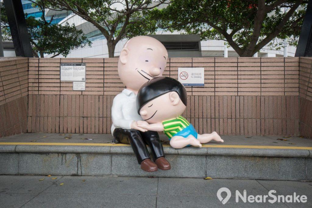 香港動漫海濱樂園: 家長帶著子女跟溫馨的牛仔兩父子一齊拍照,親情肯定滿瀉。