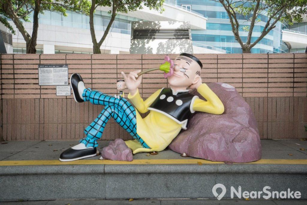 香港動漫海濱樂園: 沒了大蕃薯與秦先生的老夫子,唯有自得其樂的獨個賞花,還是他在等待女士們來扮陳小姐?