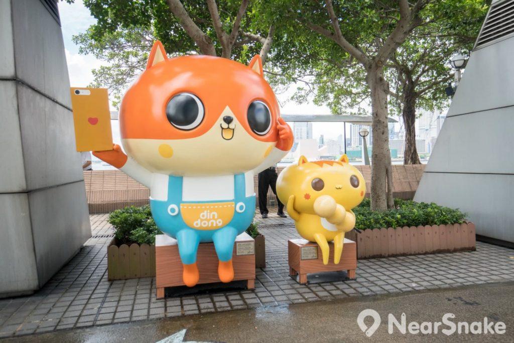 香港動漫海濱樂園: 經常說笑話和扮鬼扮馬的癲噹,當然會來玩自拍。坐側邊的阿讚貓卻掛住食串燒丸子。
