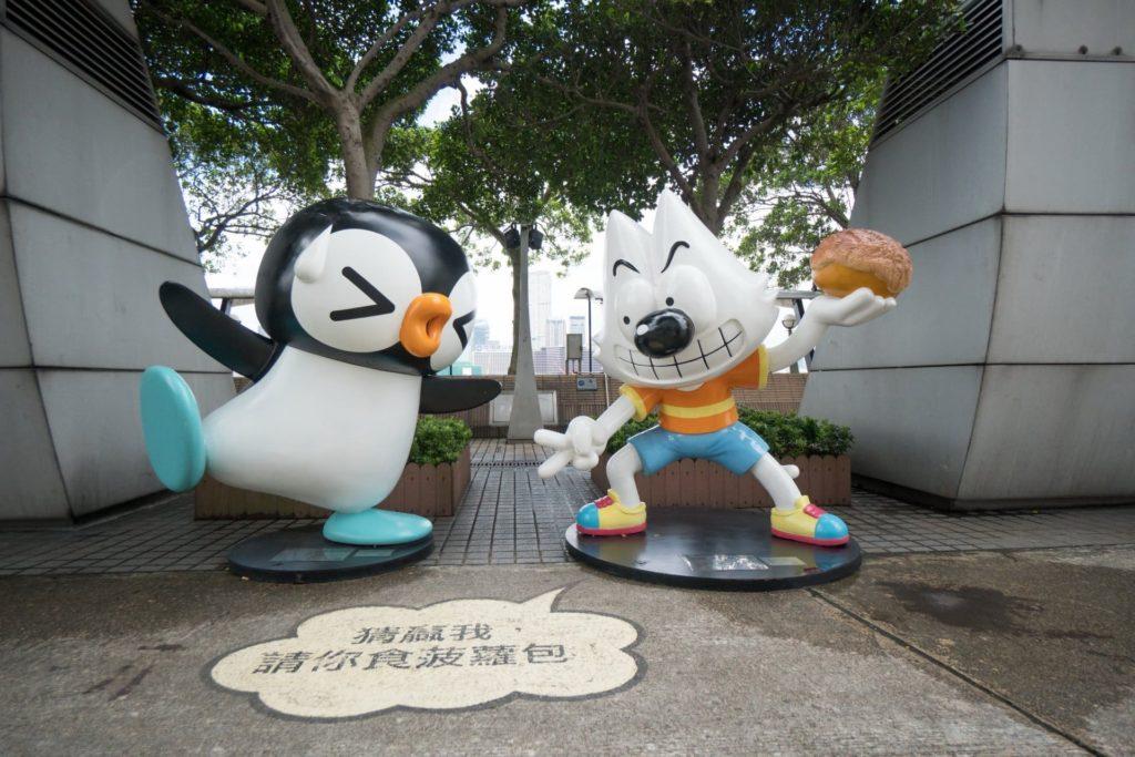 香港動漫海濱樂園: 每組動漫角色擺設大都是來一套獨立漫畫作品,難怪丁丁企鵝及 Q 小子要玩猜拳,是決定誰要走嗎?