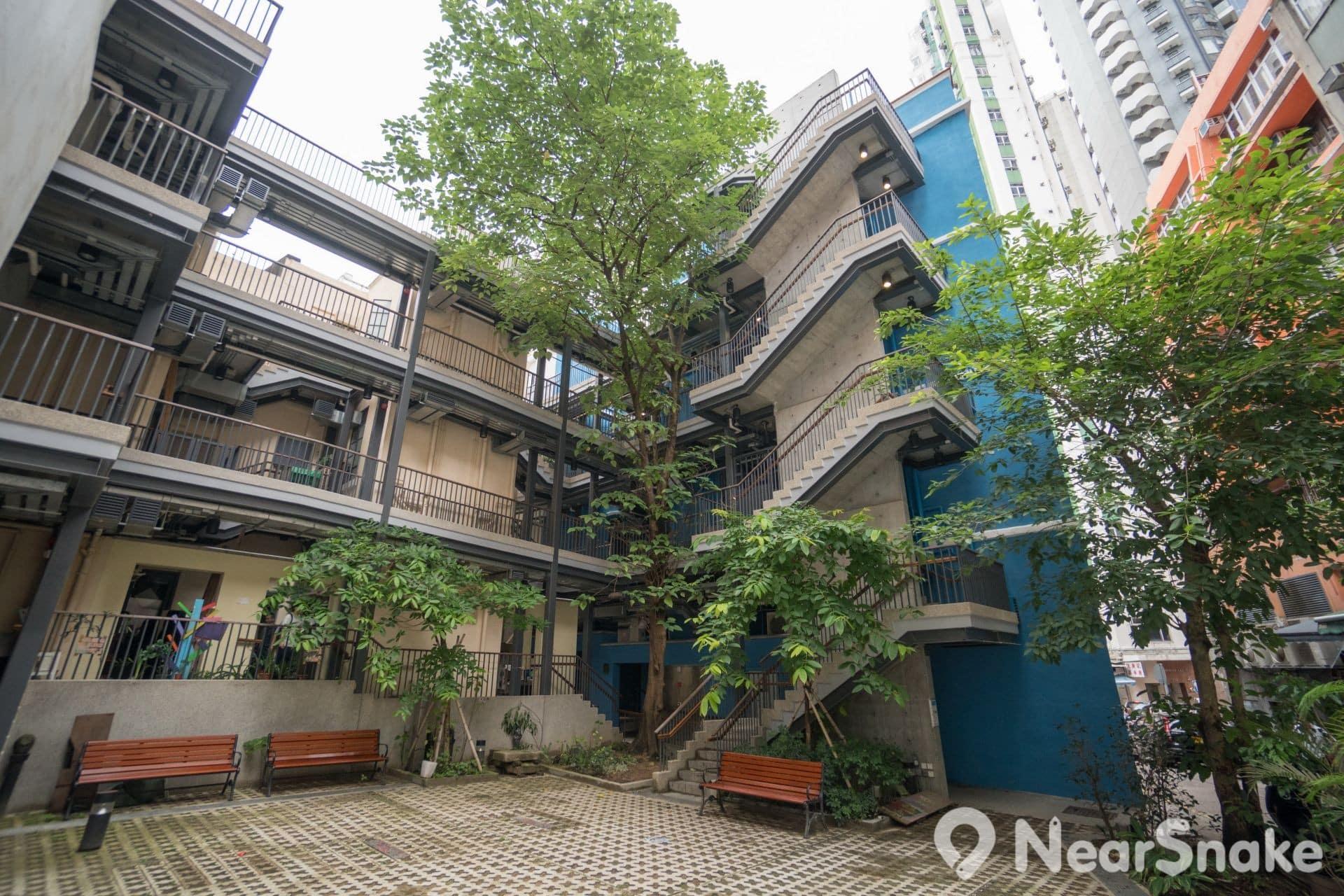 藍屋背後地下是公眾休憩地,每層則有樓梯通往隔鄰的「橙屋」。