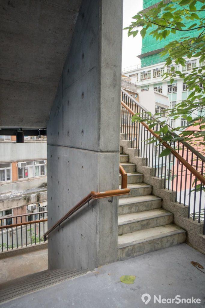 既然藍屋原有木樓梯已是「此路不通」,大家唯有改用室外新建的樓梯上落吧!