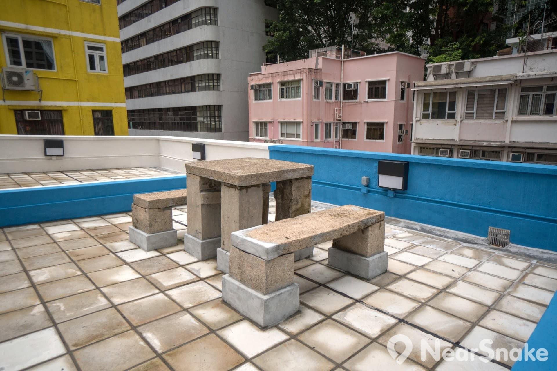 藍屋天台的石地板及石造桌椅仍有保留下來,這可是唐樓特有。
