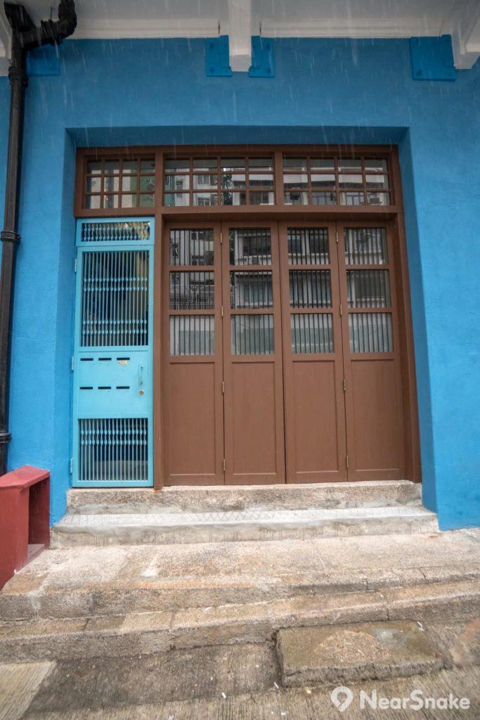 藍屋地舖的門面設計沒有改動,驟眼看還真的古色古香;其實,旁邊的鐵閘已不建議使用……