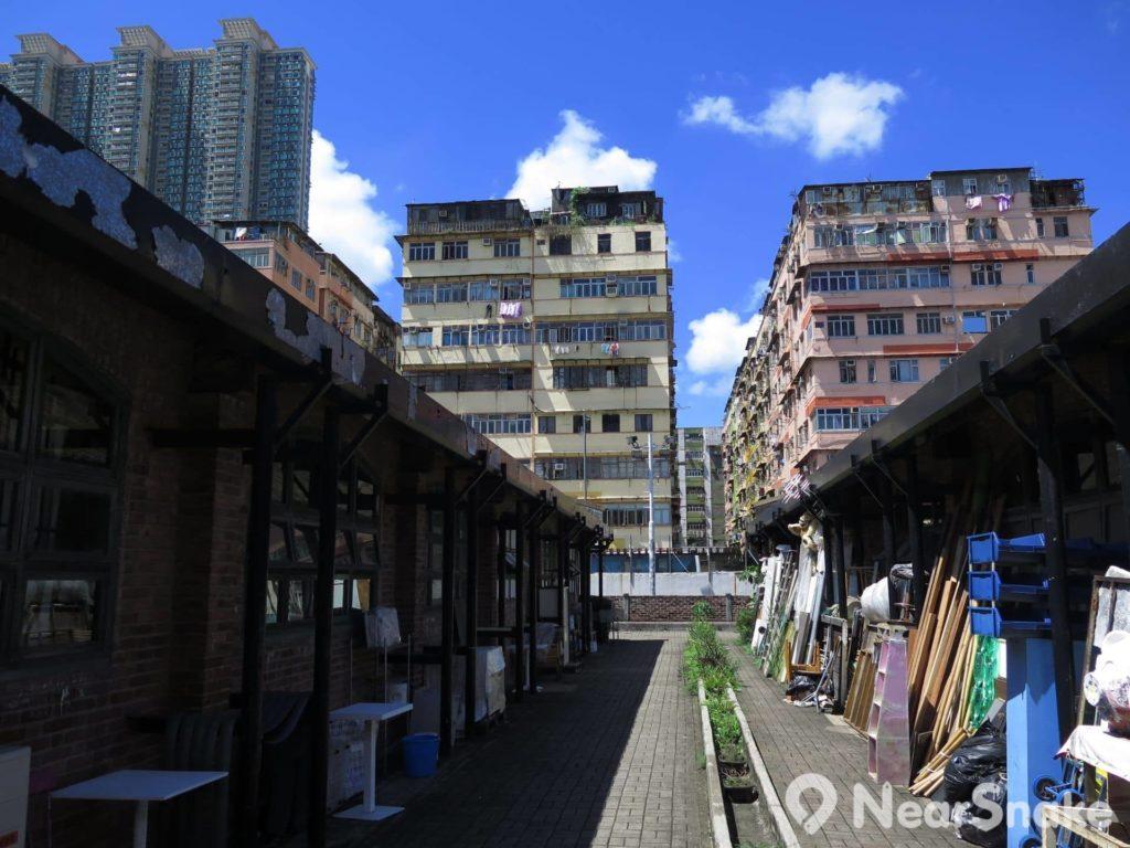 牛棚藝術村附近的「十三街」是區內傳統舊區,與牛棚及新式高樓住宅,三者新舊並存,是這裡的獨有風景圖。