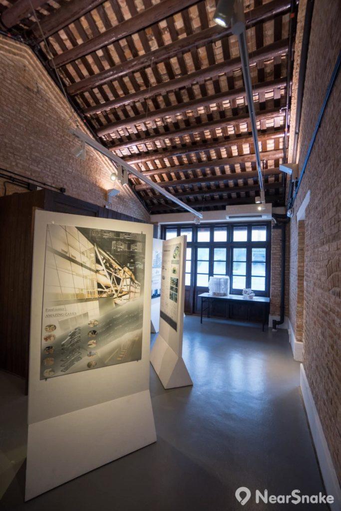 動漫基地 3 樓被劃為展覽廳的房間,天花保留唐樓的中式斜瓦頂。